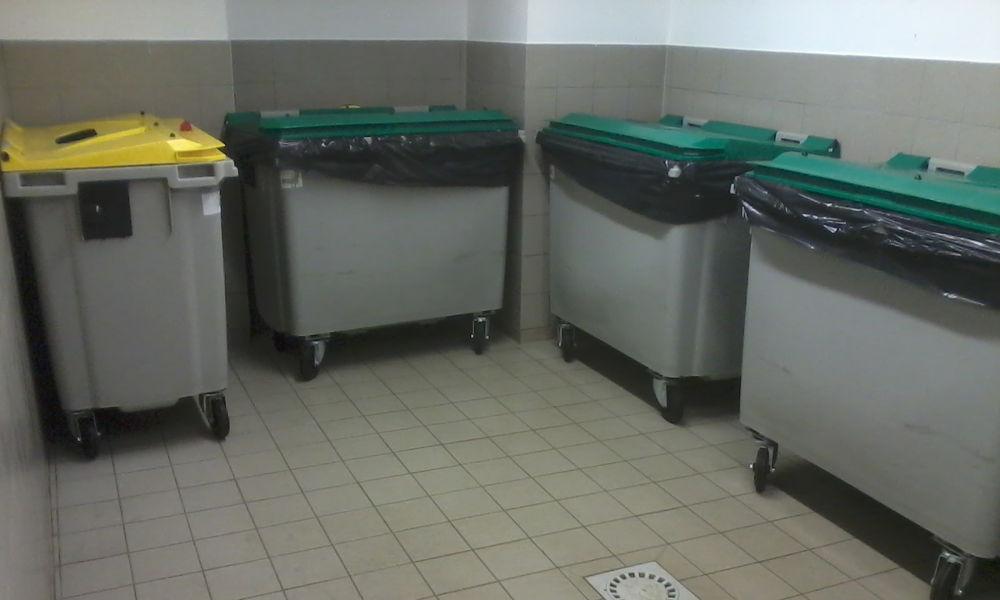 Entretien du local poubelle et sortir les poubelles