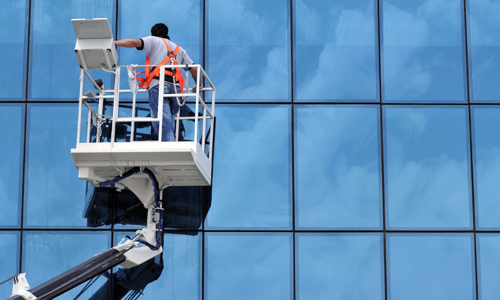 Nettoyage vitre bureau avec nacelle à Nantes